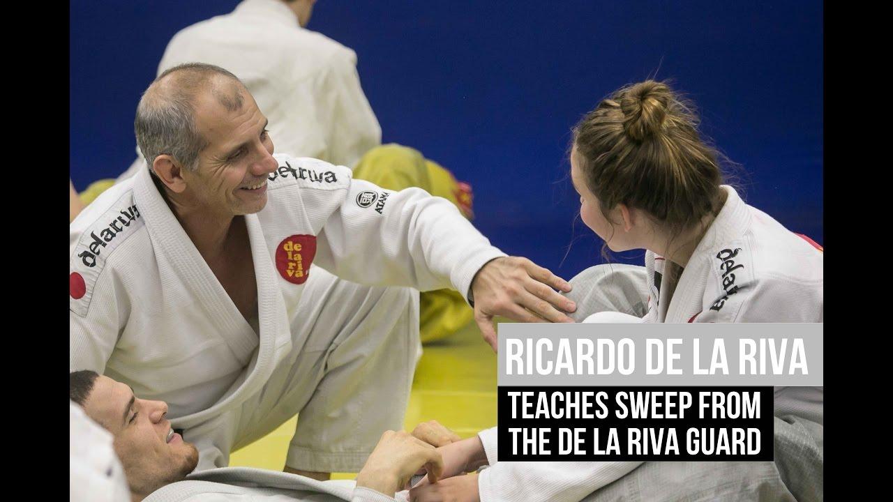 Ricardo de la Riva teaches sweep from the De la Riva guard