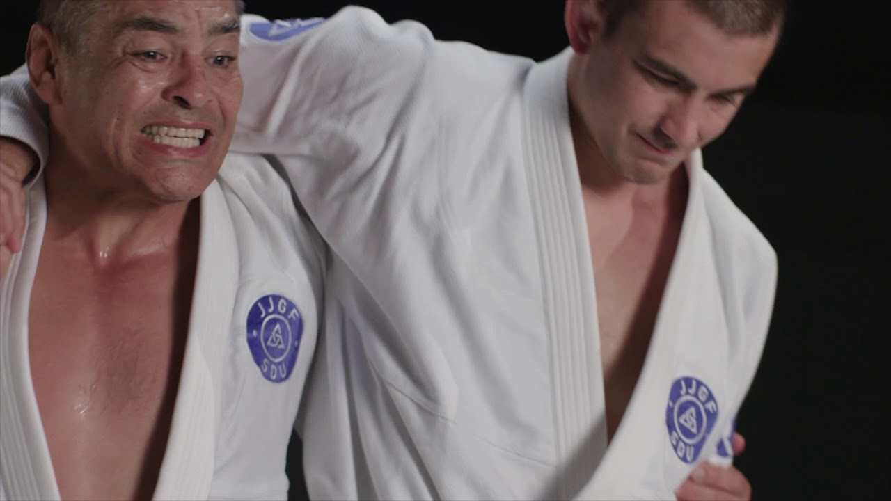 Rickson Gracie teaches the headlock with punches defense